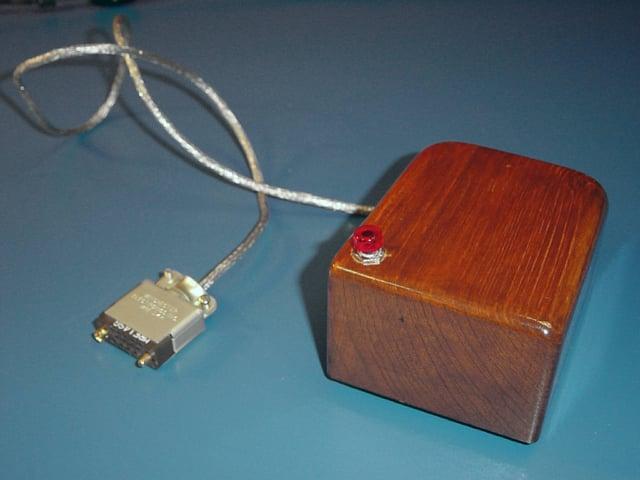 Eine Computermaus, die aussieht wie ein Holzbrikett.