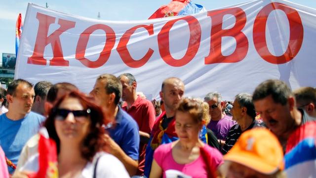 Demonstrierende und Banner.