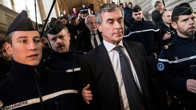 Jérôme Cahuzac zwischen Polizisten