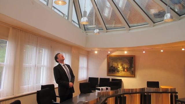 Gerichtspräsident Caius Savary betrachtet die Decke des Gerichtssaals im Bezirksgericht Appenzell.