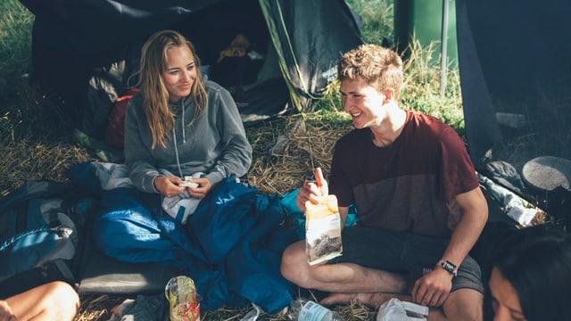 Zwei Freunde sitzen vor ihrem Zelt und sprechen über Chia-Samen