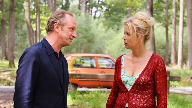 Paul-André (Benoît Poelvoorde) und Violette (Virginie Efira) diskutieren vor ihrer Rostlaube im Wald.
