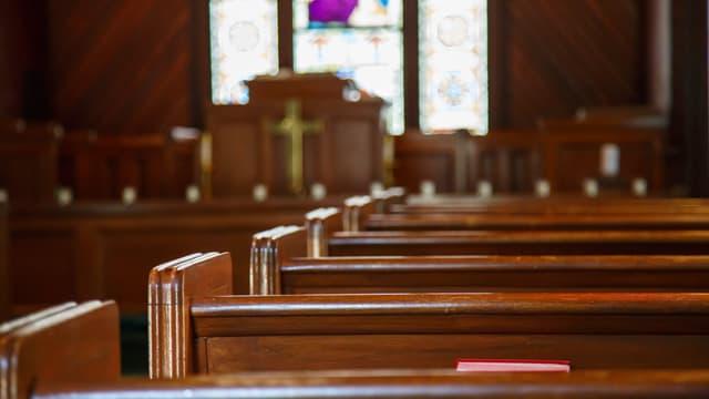 Kirchenbänke und Altarraum