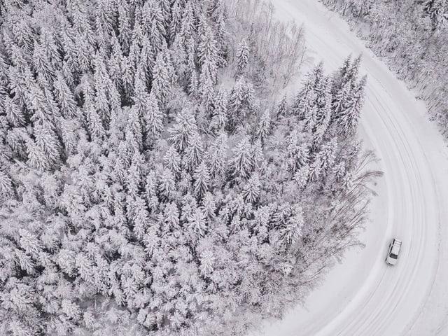 Auto auf verschneiter Strasse