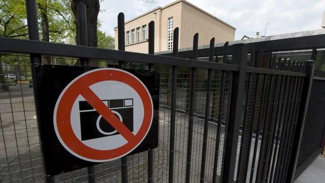 Gitter vor dem Basler Strafgericht mit einem Schild, das ein Fotografierverbot signalisiert