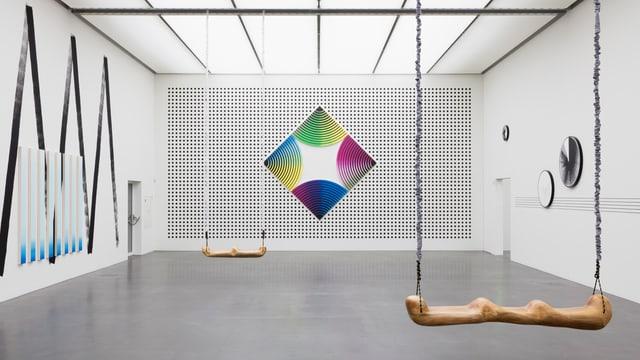 Schaukeln in der Ausstellung von Claudia Comte.