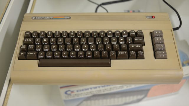 Ein braungrauer Commodore 64 in der Ur-Version.