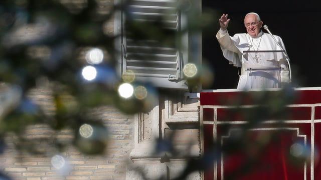 Papst Franziskus au seinem Balkon, im Vordergrund steht ein geschmückter Weihnachtsbaum.
