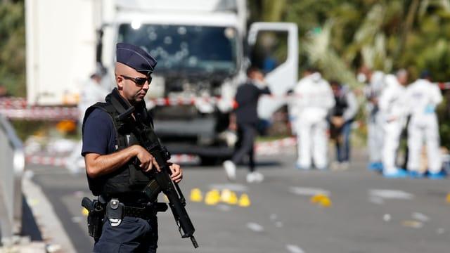 Polizist mit Maschinengewehr vor Lastwagen in Nizza