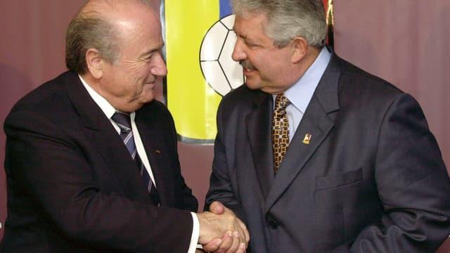 Rafael Esquivel schüttelt Sepp Blatter die Hand.