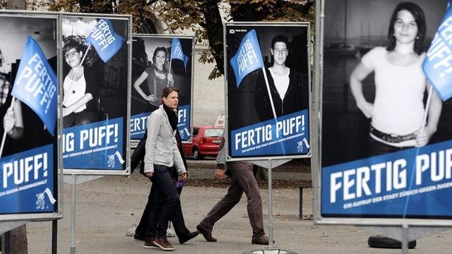 """Plakate mit Fotos von Jugendlichen und Slogan """"Fertig Puff!"""""""