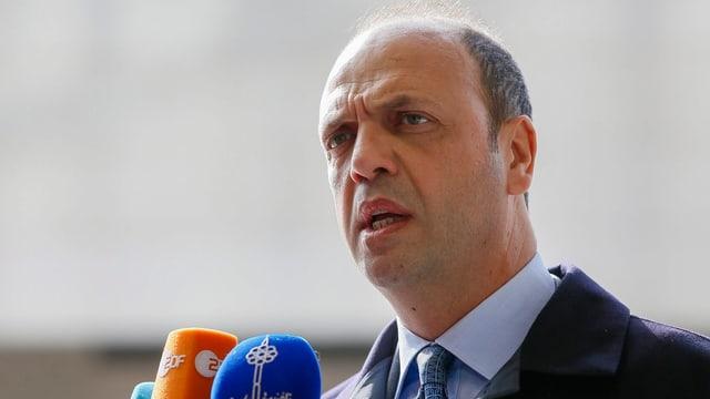 Italiens Innenminister Angelino Alfano steht vor Mikrophons.