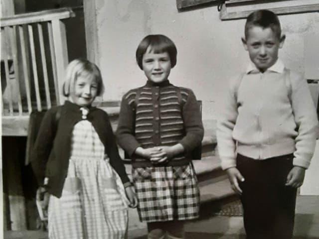 Drei Kinder auf dem Weg zur Schule.