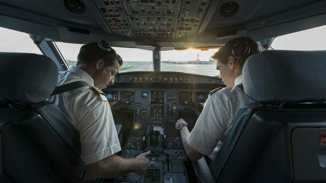 Zu sehen Piloten im Cockpit.