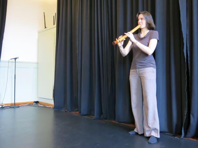 Musikerin Isabelle Lerchmüller spielt in ihrem Atelier die japansiche Shakuhachi-Bambusflöte.