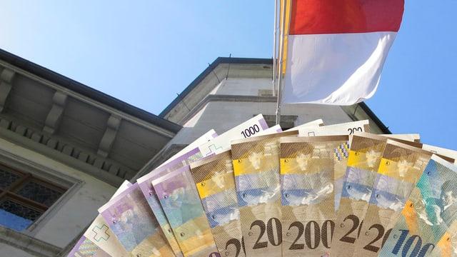 Geld vor Rathaus mit Solothurner Flagge