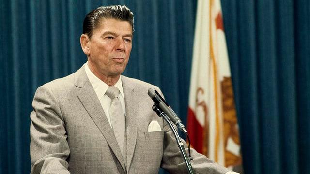 Ronald Reagan steht am Sprechpult.