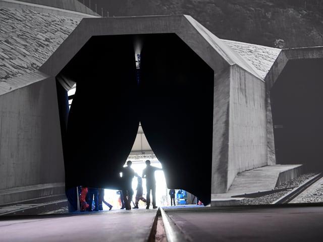 Arbeiter entfernen einen Vorhang mit Tunnel.