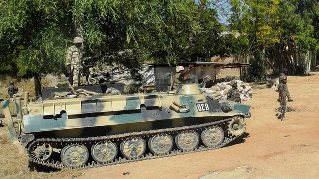 Panzer mit Soldaten.