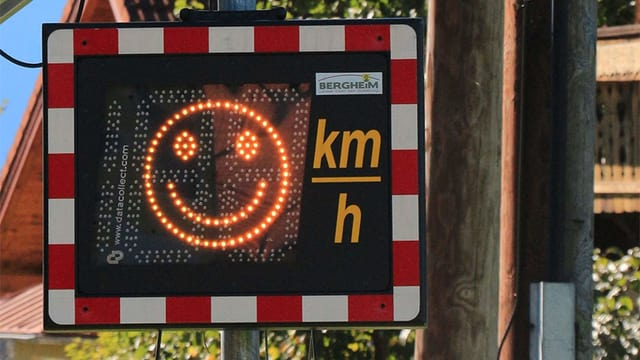 Eine Tafel mit lachendem Smiley.