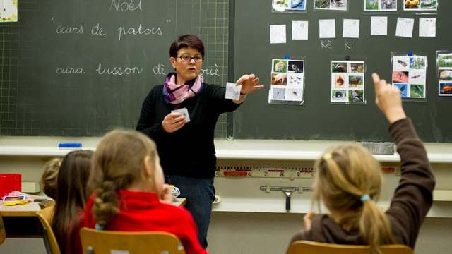Eine Lehrerin vor 3 Schülerinnen.