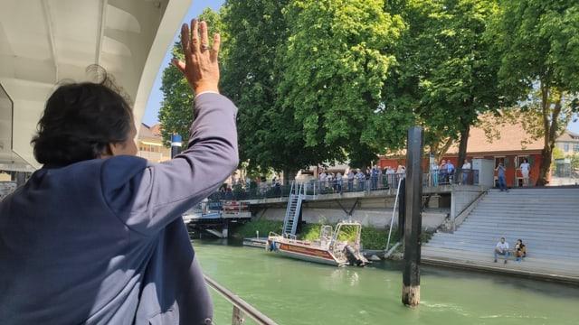 Mann winkt vom Schiff