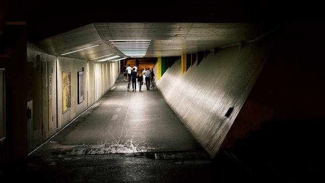 Blick in eine Strassenunterführung bei Nacht.