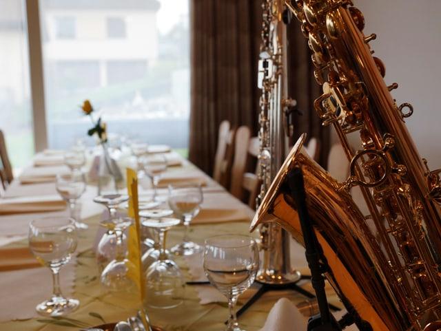 Gececkter Tisch mit Saxophon.