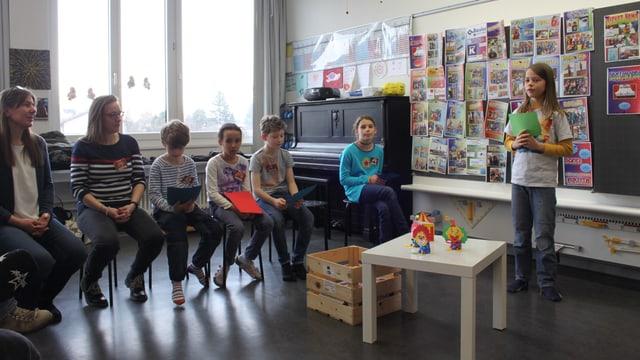 Schüler sitzen im Kreis.