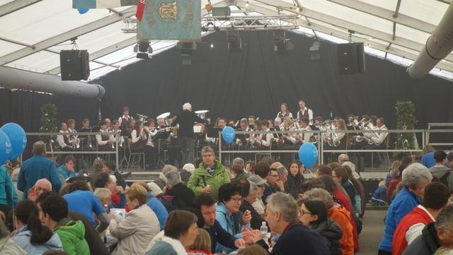 La musica instrumentala Muntogna da Schons suna la dumengia suentermezdi.