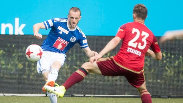 Christian Schneuwly, von Luzern im Spiel gegen Caleb Stanko, von Vaduz.