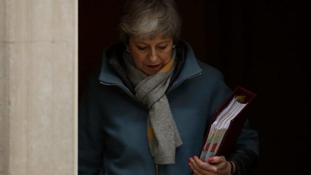 Theresa May sorta or dal parlament