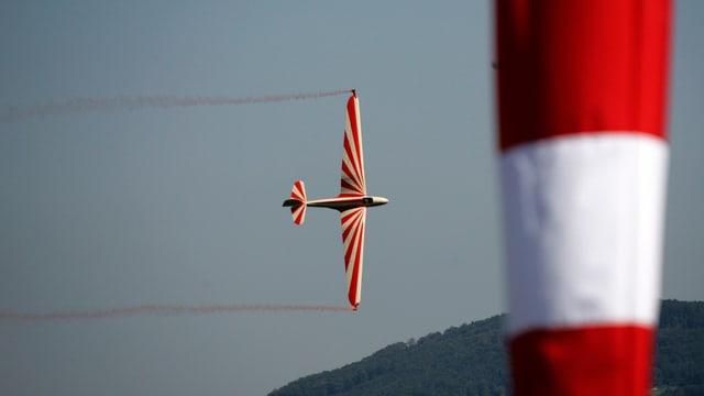 Ein Flugzeug macht Akrobatikflug