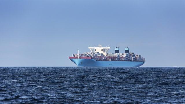 Containerschiff fährt auf offenem Meer.