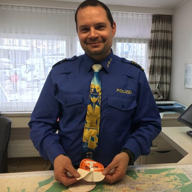 Patrik Eichholzer da la polizia communala da San Murezzan.
