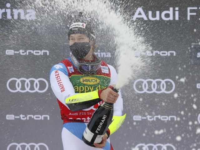 Marco Odermatt bejubelt seinen Triumph in Santa Caterina.
