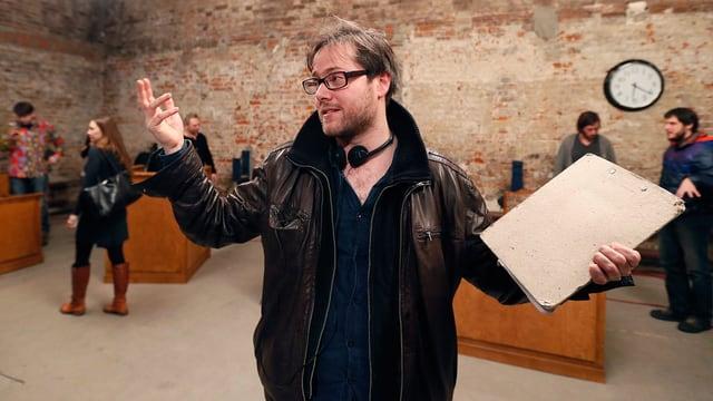 Milo Rau gibt Regieanweisungen in Moskau