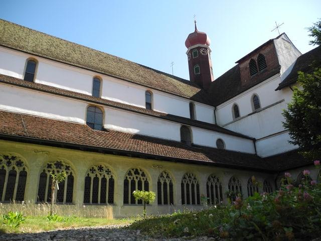 Ein Kloster mit Kirchturm.