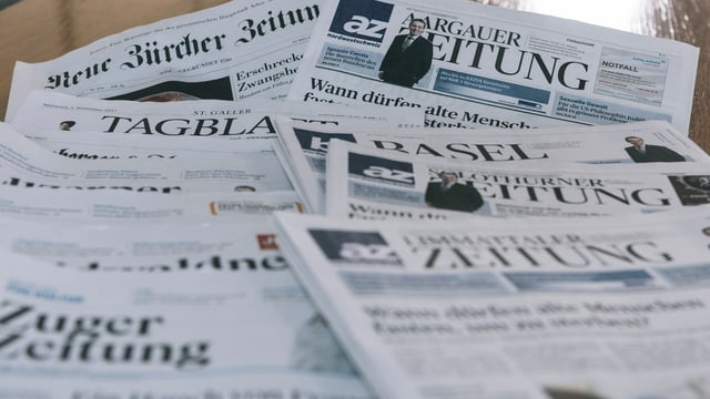 Symbolbild: Verschiedene Zeitungen auf einem Tisch.