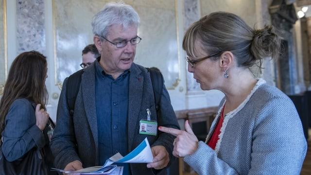 Der Solothurner Nationalrat Felix Wettstein diskutiert mit einer Frau.