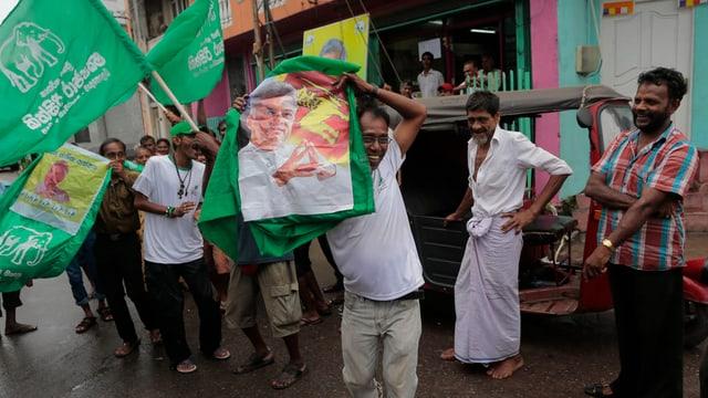 Burgais da la Sri Lanka cun bandieras politicas.