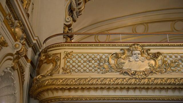 Ein Geländer, darauf goldener Stuck in Form eines Engels.