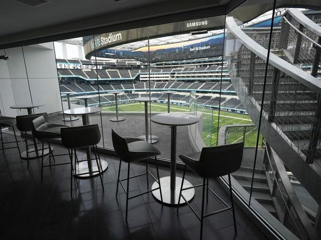 Blick aus einer Loge in ein leeres Stadion