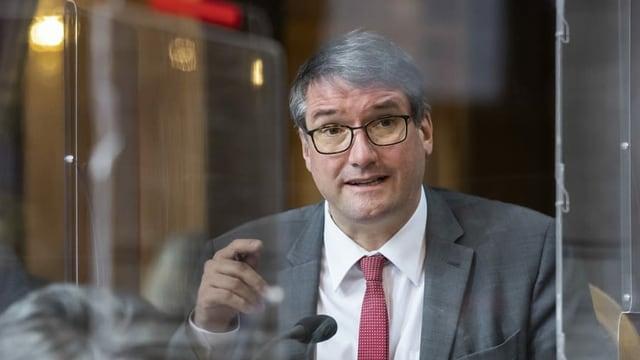 Mann spricht im Parlament