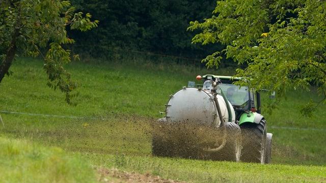 Ein Landwirt düngt sein Feld mit Jauche.