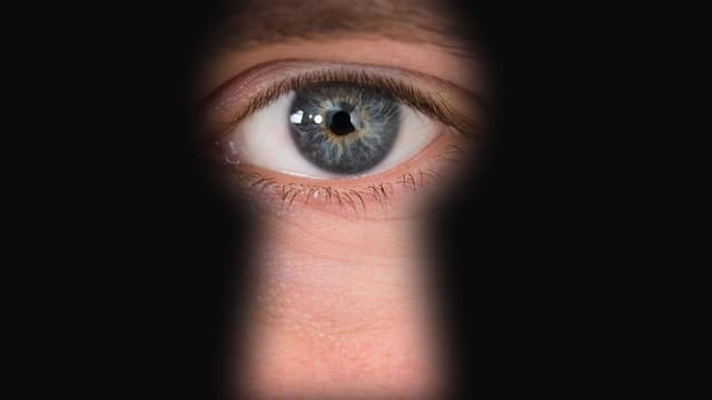 Auge guckt durchs Schlüsselloch