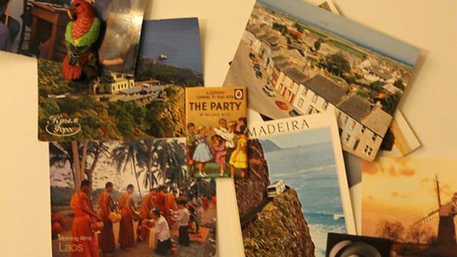 Postkarten an einem Kühlschrank