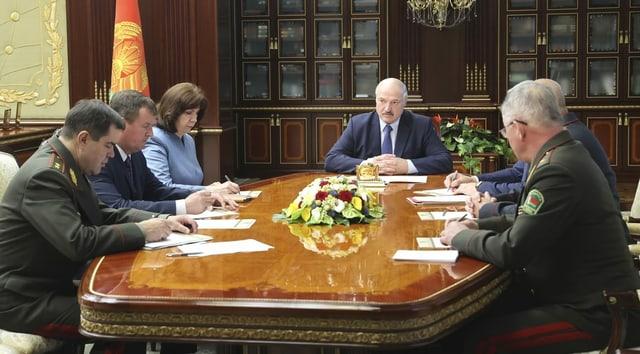 Weissrusslands Staatschef Alexander Lukaschenko am Tisch mit dem Sicherheitsrat