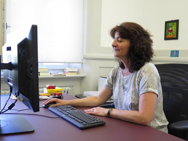 Anna Giacometti in ihrem Büro vor einem Computer.
