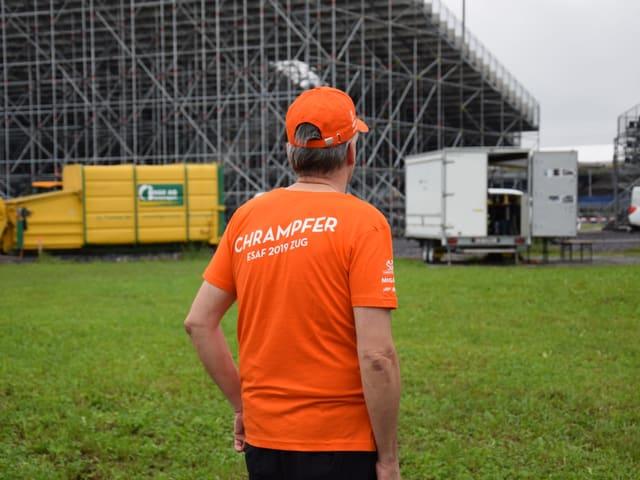 Ein freiwilliger Helfer